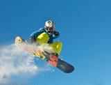 Snowboarder skacze