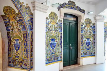 Prächtige Fliesenwände in der alten Markthalle Lissabon