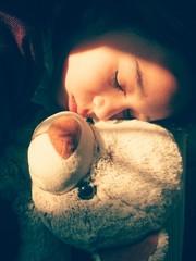 Niña durmiendo con su osito de peluche