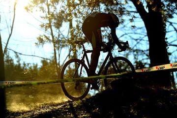 Ciclista ciclocross in salita controluce
