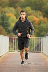 Junger Mann joggt