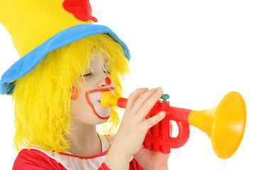 Clown spielt Musik auf Trompete