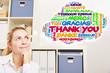 Frau im Büro denkt an Danke