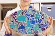 Frau im Büro mit Social Media Icons