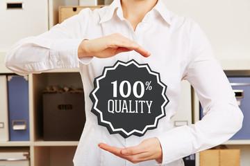 Frau im Büro garantiert 100% Qualität