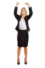 Geschäftsfrau hebt imaginäres Objekt nach oben