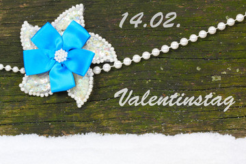 Perlen vor Holz, Valentinstag