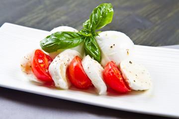 mozzarella di bufala con pomodori e basilico