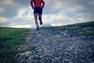 Trail running su strada pietrosa in montagna