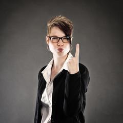 Frau erhebt den Zeigefinger