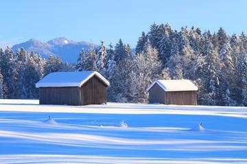 zwei schneebedeckte hütten
