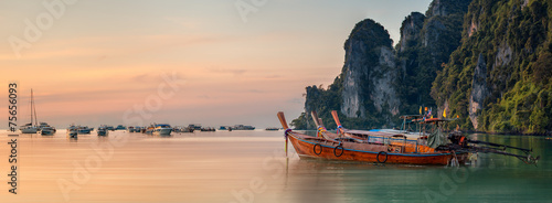 Foto op Aluminium Strand sunset with colorful sky and boat on the beach