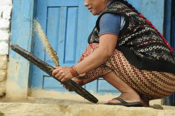 Mujer separando grano