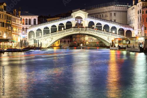 Fototapeta rialto bridge in venice at night