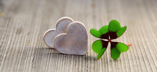 2 Herzen mit Kleeblatt