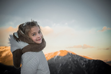bambina al tramonto