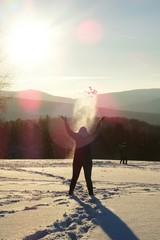 Frau wirft Schnee hoch