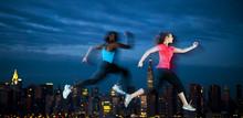壁紙(ウォールミューラル) - Two Young Women Jogging Through The Night Of New York
