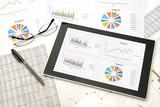 Fototapety ビジネスイメージ―会議用資料とタブレット