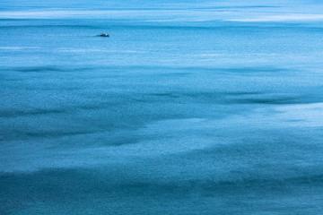 冬の青い海と漁船