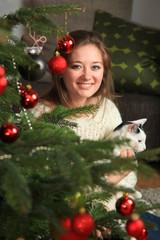 Frau zuhause weihnachten