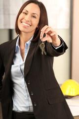 Immobilienmarkerlin übergibt die Schlüssel