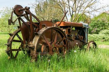 Vieux tracteur rouillé