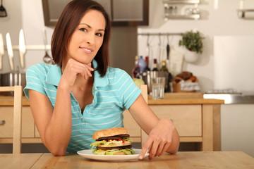 Frau sitzt am Essenstisch