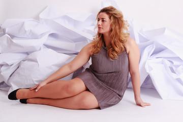 Schöne blonde Frau mit Übergröße in einem eleganten Kleid