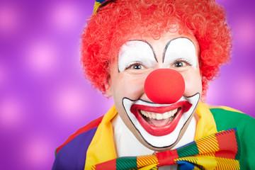 clown vor violettem hintergrund
