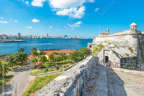 Leinwanddruck Bild The fortress of El Morro in Havana and the city skyline