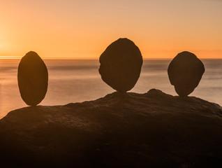 Drei Felsen im Gleichgewicht bei Sonnenaufgang