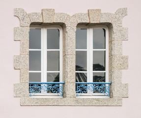Zwei Holzfenster mit Fensterbankgeländer in Jugendstil