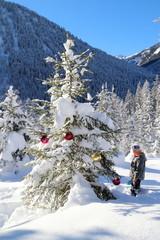 Weihnachtsbaum mit Mädchen