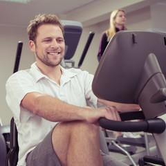 mann trainiert im fitness-studio