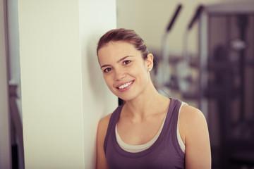 entspannte frau im fitness-studio