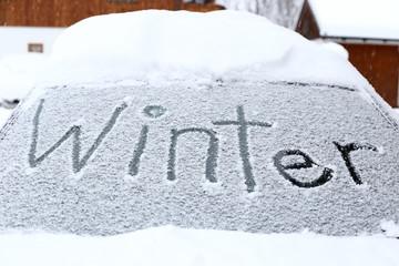Winter auf Autoscheibe