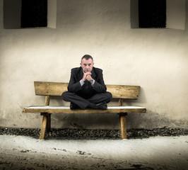 in attesa seduto su una panchina