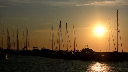 Kleiner Hafen mit Segelbooten im Gegenlicht