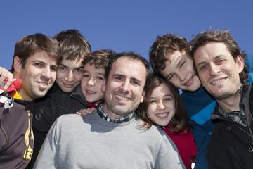 Grupo de niños y adultos