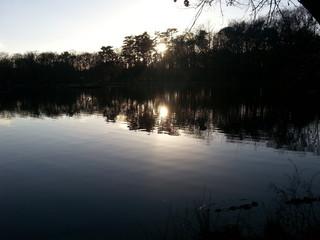 Sonnenuntergang spiegelt sich im Wasser