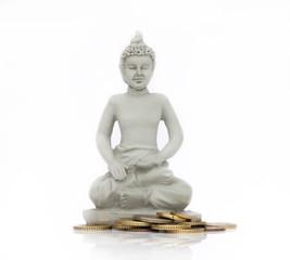 Pièces de monnaie autour d'un bouddha