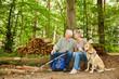 Paar Senioren macht Pause bei Wanderung