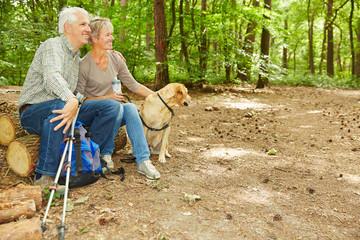 Zwei Senioren machen Pause im Wald