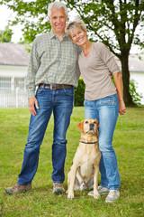 Paar Senioren mit Haus und Hund
