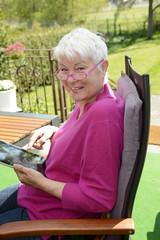 Seniorin mit Digital Tablet im Garten, Schulzendorf,
