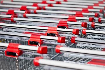 Einkaufswagen mit einem Ketten gesperrt, Vollbild, close-up