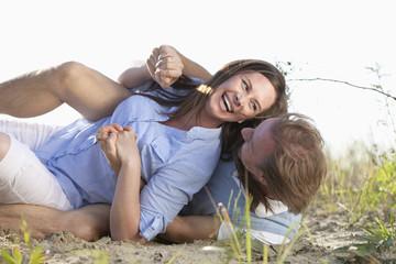 Deutschland , Niederbayern , Mann und Frau im Sand, lächelnd