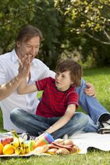 Vater und Sohn (10-11) beim Picknick