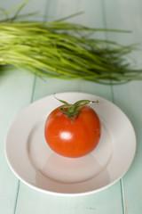 Schnittlauch und Tomaten auf Platte, close-up